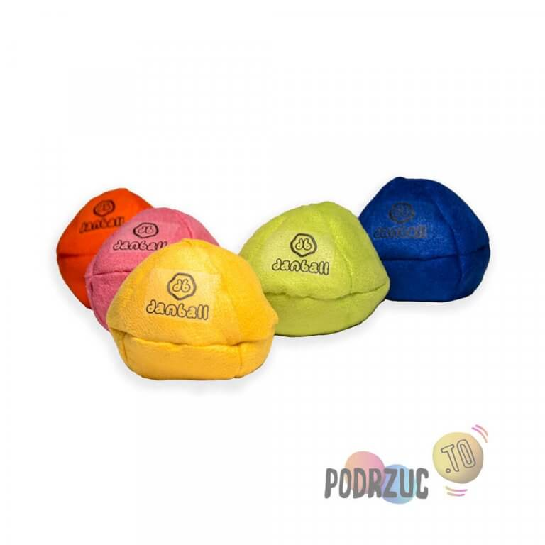 Pięć kolorowych piłek do żonglowania