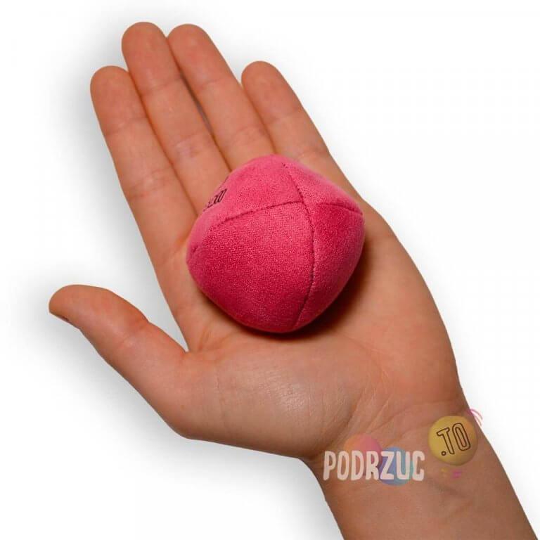 różowa Piłka do żonglowania dla dzieci Start XS danball w ręce podrzuc.to