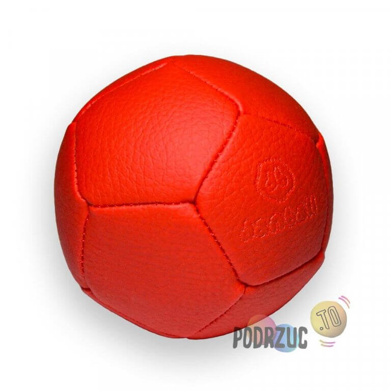 Piłka do żonglowania czerwona złożona z 12 paneli w kształcie pięciokąta, logo producenta Danball wybite w jednym z paneli piłki